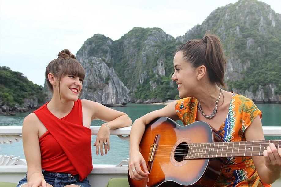 Marta y Roko en Halong | Rojo Cangrejo blog de viajes