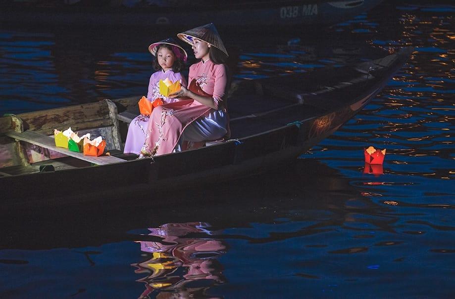 Ofrenda en el río Thu Bon | Rojo Cangrejo Blog de viajes